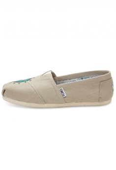 513038f7af3 TOMS TOMS - Classic Alpargata Classic Giving Embroidered Globe WM RM  279.00. Sizes 5.5