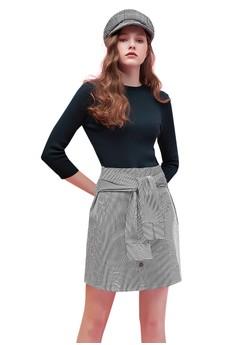 OUWEY歐薇 黑白條紋裝飾袖綁帶縫扣造型針織小立領洋裝 H69510