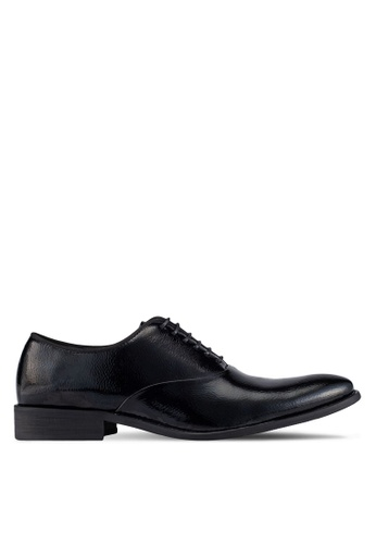ZALORA black Textured Faux Patent Leather Brogues 04D01AAE13EB4EGS_1