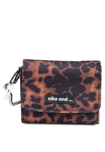 niko and ... brown Original Tri-Fold Mini wallet 48A31ACC9E031FGS_1