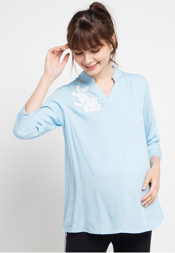 La Karina blue Maternity Rayon Blouse With White Flower Applique D2AA3AA04C820AGS_1