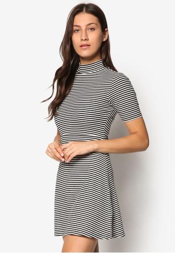 Petite 高領條紋連身裙、 服飾、 洋裝TOPSHOPPetite高領條紋連身裙最新折價