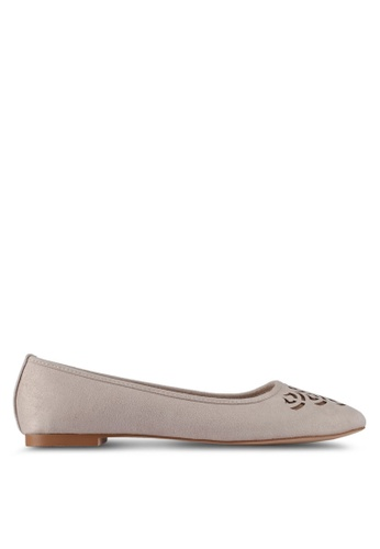 ZALORA 米褐色 Cut-out Flats 05854SH85EC971GS_1