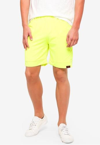 UniqTee 黃色 Jogging Style 百慕達短褲 26D41AADF74C31GS_1