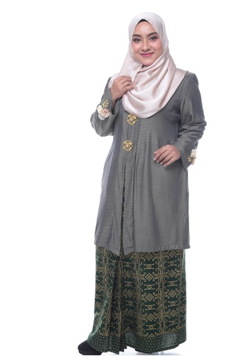 Nayli Plus Size Dark Green Kebaya Labuh from Nayli in Green and Gold