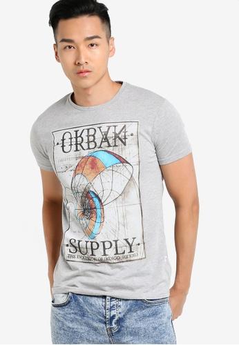 !Solid grey Harbin Graphic T-Shirt SO701AA90WQBMY_1