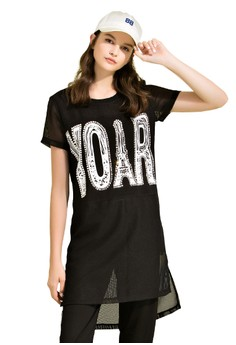 OUWEY歐薇 時尚透膚感標語長版上衣