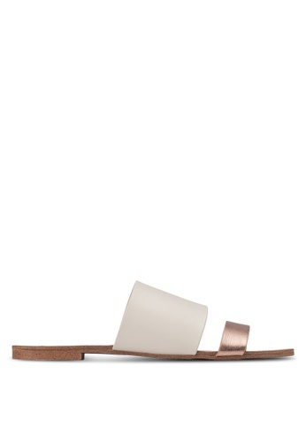 ZALORA 金色 撞色雙帶平底涼鞋 AAGWVZZ0000050GS_1