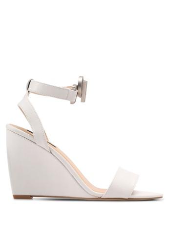 ZALORA 灰色 繞踝一字帶楔型鞋 52E38SH5566698GS_1