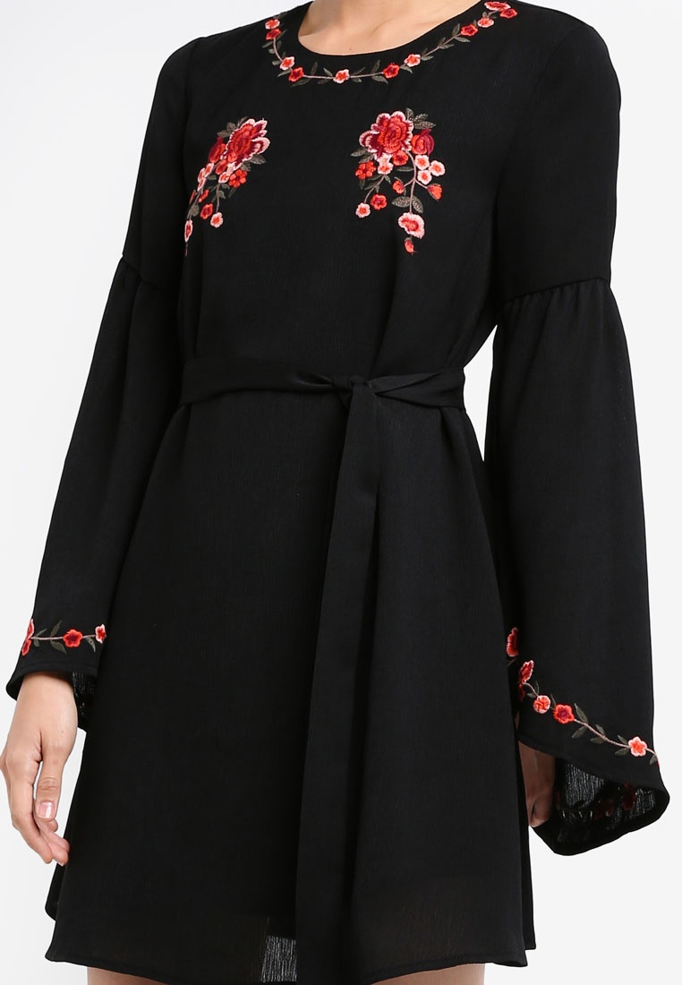 ZALORA Swing Dress With Flare Sleeves Fit Embroidered Black amp; f0q7n