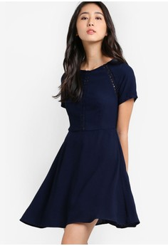 【ZALORA】 Love 蕾絲圓領短袖束腰連身裙