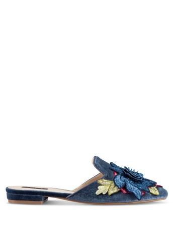 ZALORA 海軍藍色 新年系列 花卉刺繡絲絨平底鞋 C7A1BSH8AD1085GS_1