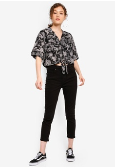 5881e0451fdd54 TOPSHOP Petite Black Jamie Jeans RM 239.00. Sizes 28 30 32