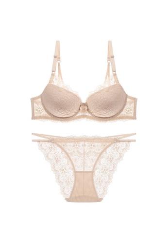 W.Excellence 米褐色 Premium Beige Lace Lingerie Set (Bra and Underwear) 37088US46772FAGS_1