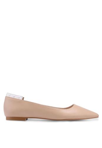 ZALORA 白色 and 米褐色 鉚釘飾平底鞋 1744FSHF444CB4GS_1