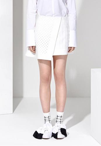 EJnolee white Asymmetric White Eyelet  Lab Mini Skirt EJ188AA0FIGISG_1