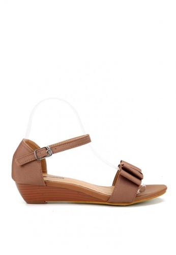 KissXXX 褐色 輕甜優雅緞面蝴蝶結小坡跟涼鞋 KI603SH09KUXTW_1