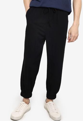 ZALORA BASICS black Relaxed Woven Jogger Pants DD300AADFBBE1DGS_1