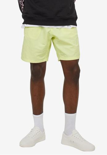 H&M green Regular Fit Shorts E59FBAA564D0A6GS_1